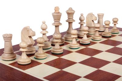 Шахматные фигуры Стаунтон 4, белые, расставленные на доске